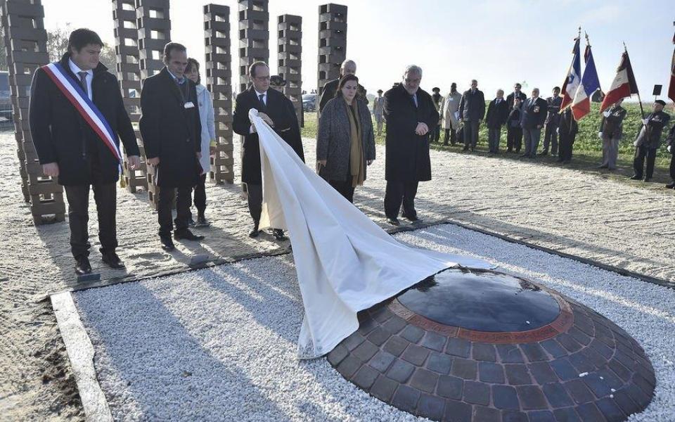 Le Président de la République dévoile l'œuvre commémorative