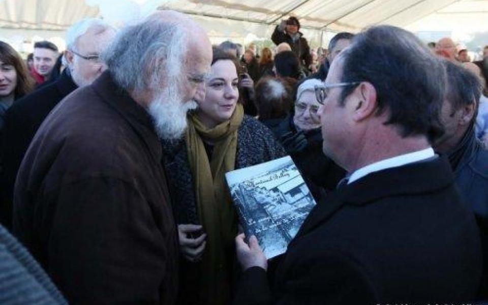 François Hollande en compagnie d'Emmanuelle Cosse et de l'historien local Jacques Sigot