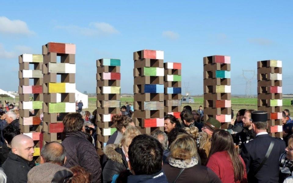 Les participants à l'hommage découvrent l'œuvre commémorative