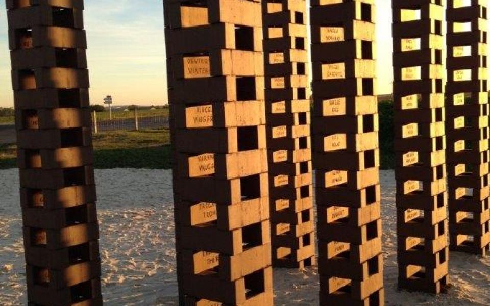 Les 473 patronymes de personnes internées ont été gravés sur les 8 colonnes du portique de l'œuvre « Instant nomade »