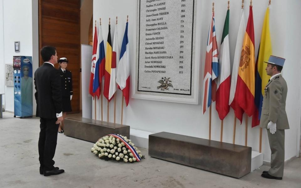 Le Premier ministre rend hommage aux victimes de l'attentat survenu au musée du Bardo le 18 mars 2015