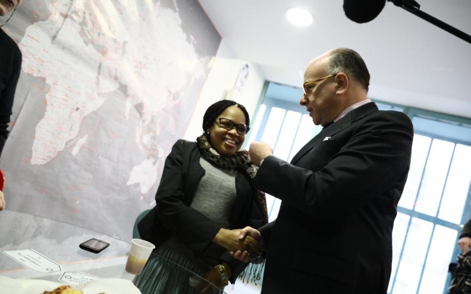 Bernard Cazeneuve lors de sa visite au Centre d'hébergement Emmaüs Louvel Tessier de Paris