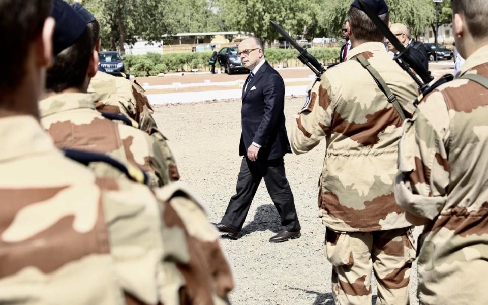 Les honneurs militaires sont rendus au Premier ministre et au ministre de la Défense par un détachement d'honneur sur la place d'armes du poste de commandement interarmées