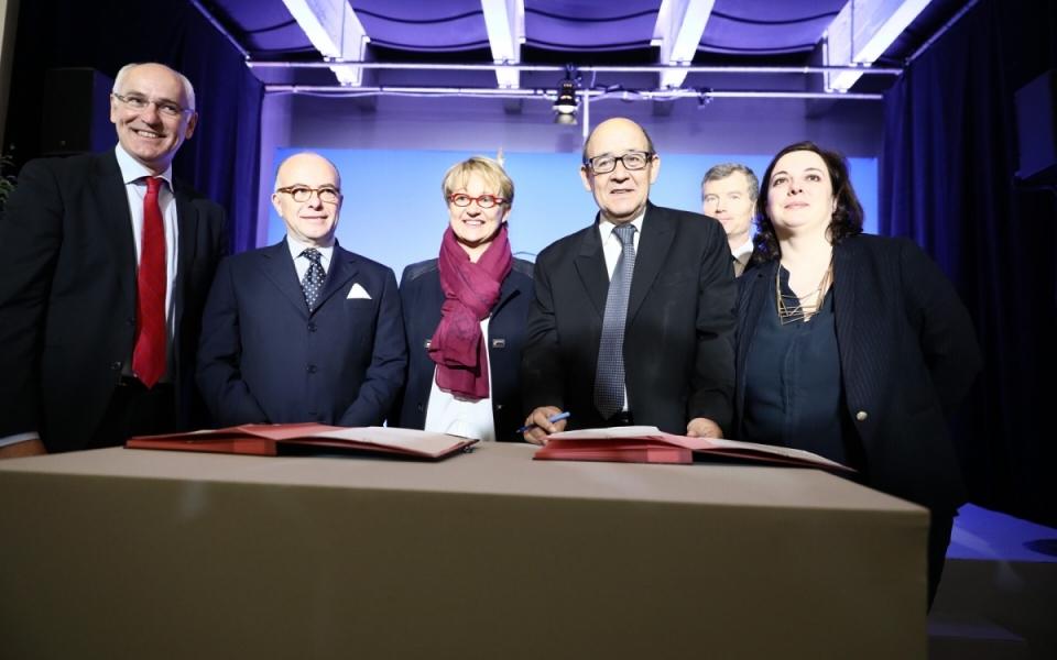 Signature officielle de l'engagement d'acquérir le terrain de Guines