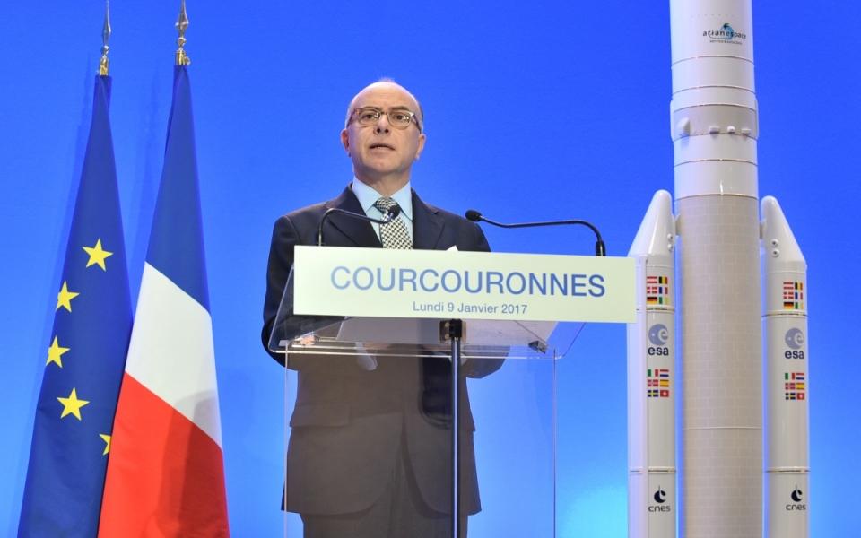Bernard Cazeneuve, Premier ministre, rencontre les collaborateurs d'Arianespace à Courcouronnes