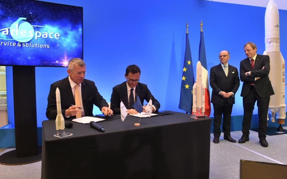 Bernard Cazeneuve, Premier ministre, assiste à la signature du contrat PC Ariane 5 par Messieurs Stéphane Israel, PDG d'Arianespace et Alain Charmeau, Président ASL