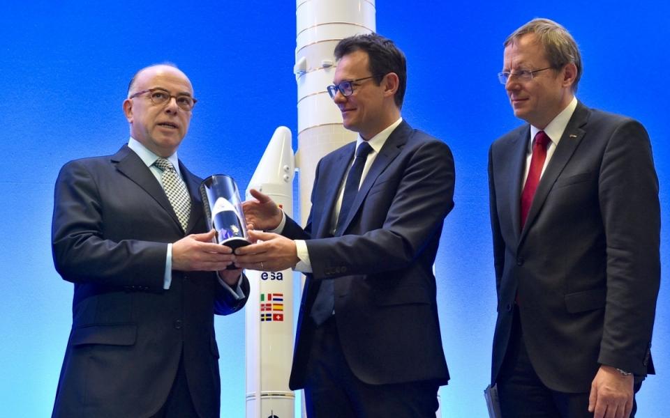 Bernard Cazeneuve, Premier ministre, rencontre les collaborateurs d'Arianespace à Courcouronnes, ici avec le PDG d'Arianespace, Stéphane Israel