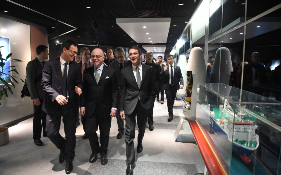 Bernard Cazeneuve, Premier ministre, rencontre les collaborateurs d'Arianespace à Courcouronnes, accompagné par le PDG d'Arianespace Stéphane Israel