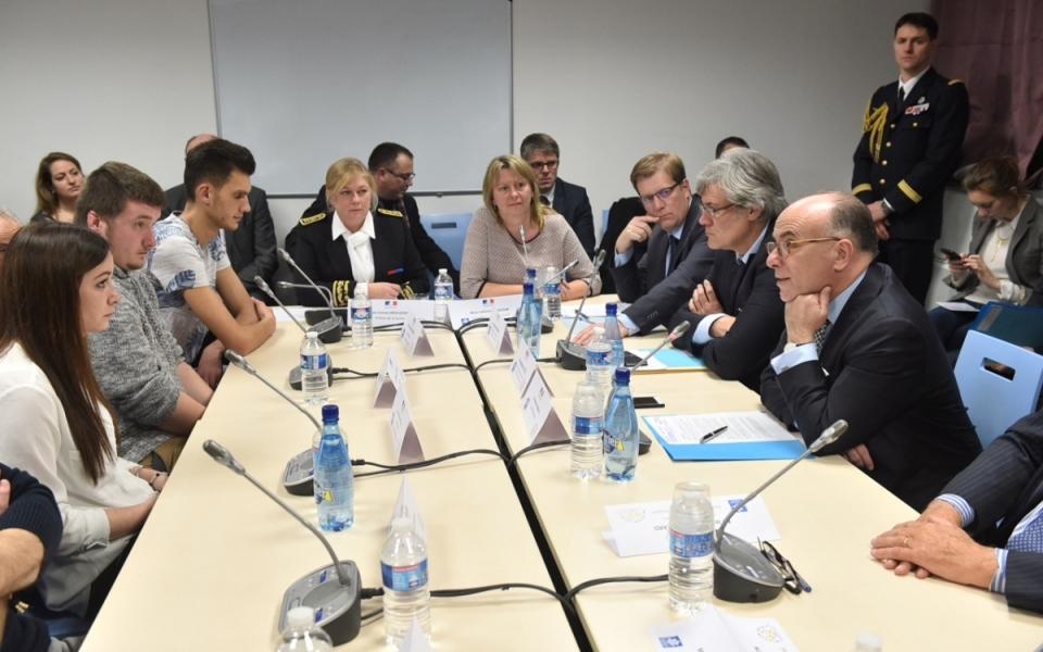 Table ronde avec des bénéficiaires du fonds de garantie jeunes et de la prime d'activité.