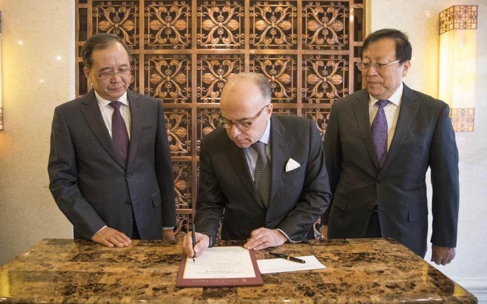 21/02 - Signature par le Premier ministre du livre d'or de l'Université Beida