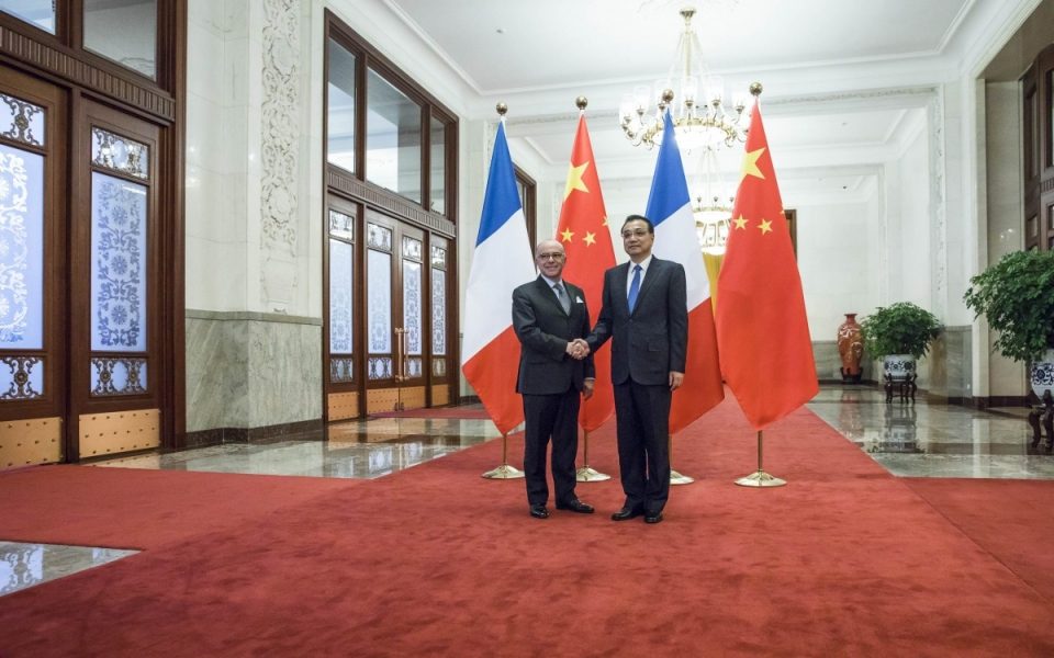 21/02 - Bernard Cazeneuve accueilli à son arrivée au Grand Palais du Peuple par le Premier ministre de la République populaire de Chine