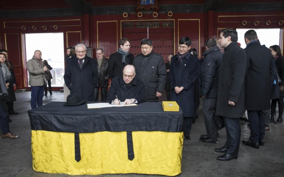 22/02 - Signature du livre d'or de la Cité interdite