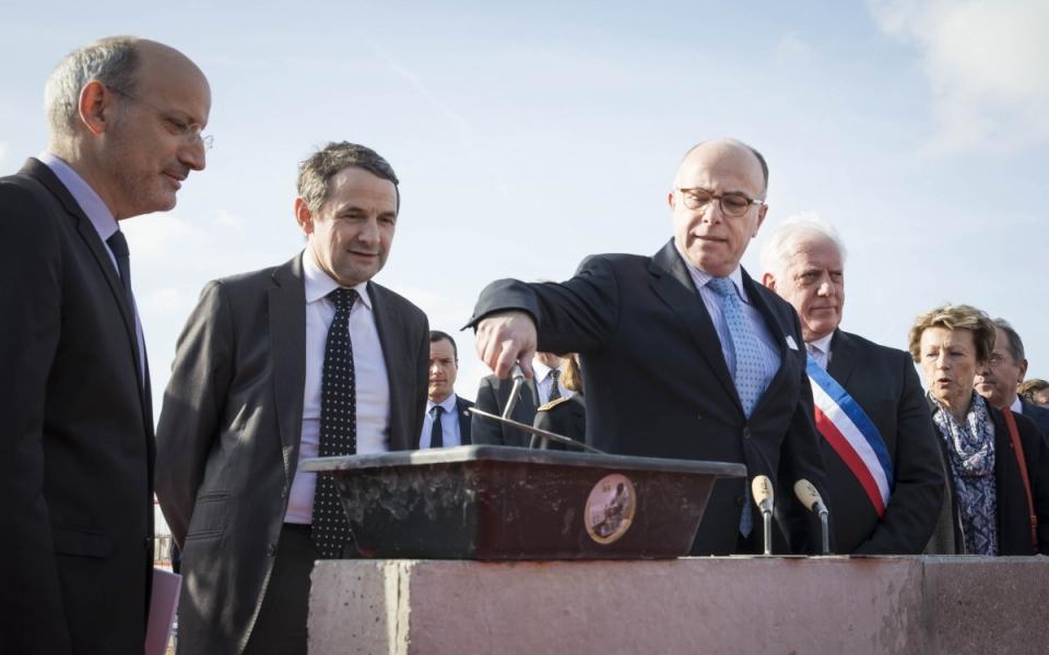 Bernard Cazeneuve pose la première pierre de l'ENS Paris-Saclay, aux côtés du secrétaire d'État Thierry Mandon