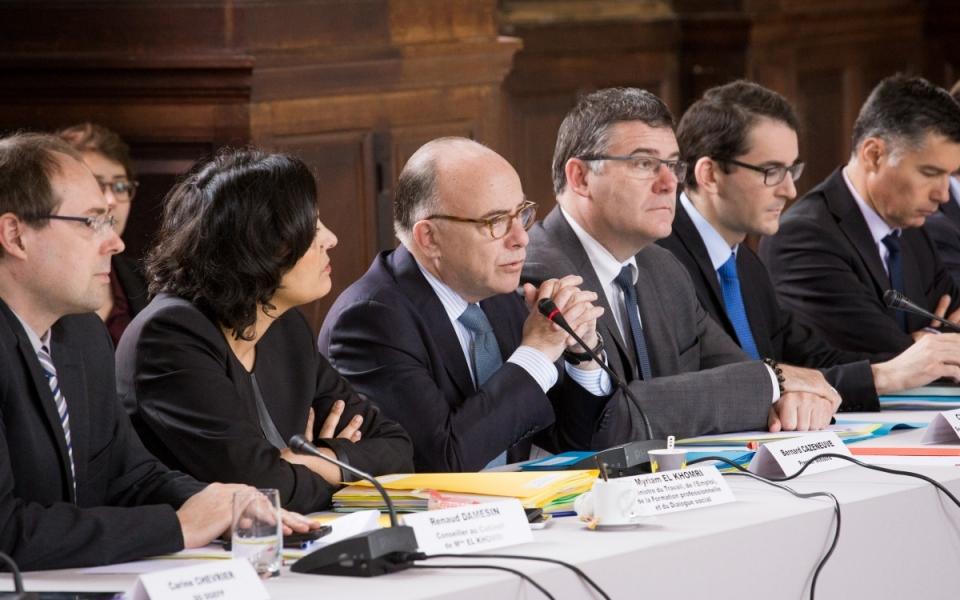 Bernard Cazeneuve aux côtés de la ministre Myriam El Khomri et du secrétaire d'État Christophe Sirugue