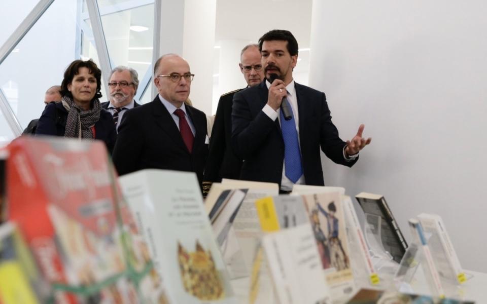 Bernard Cazeneuve visite la médiathèque de Vitrolles