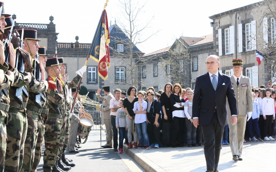 Arrivée du Premier ministre à Pont-du-Château pour la cérémonie solennelle d'inhumation de Gabriel Aymard