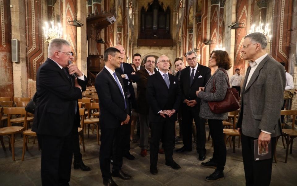 Bernard Cazeneuve constate l'avancée des travaux de l'Abbatiale Saint-Austremoine d'Issoire, co-financés par l'État