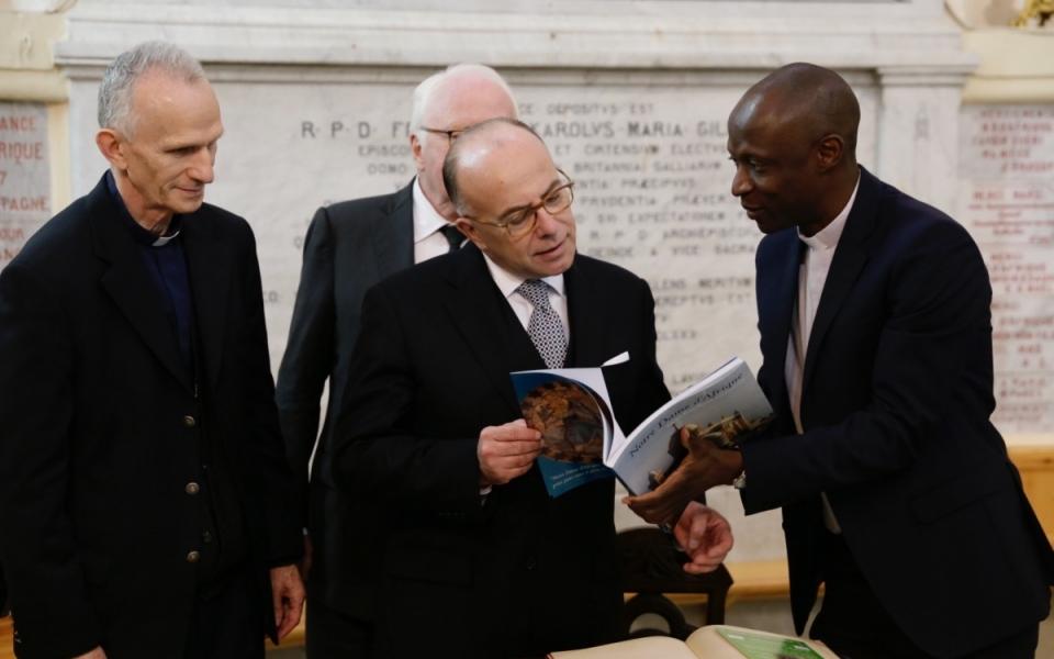 06/04 - Signature du livre d'or de Notre-Dame d'Afrique
