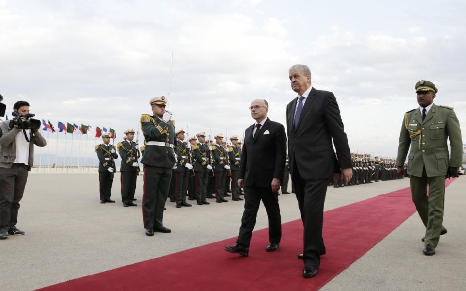 05/04 - Bernard Cazeneuve est accueilli à son arrivée en Algérie par le Premier ministre algérien, Abdelmalek Sellal