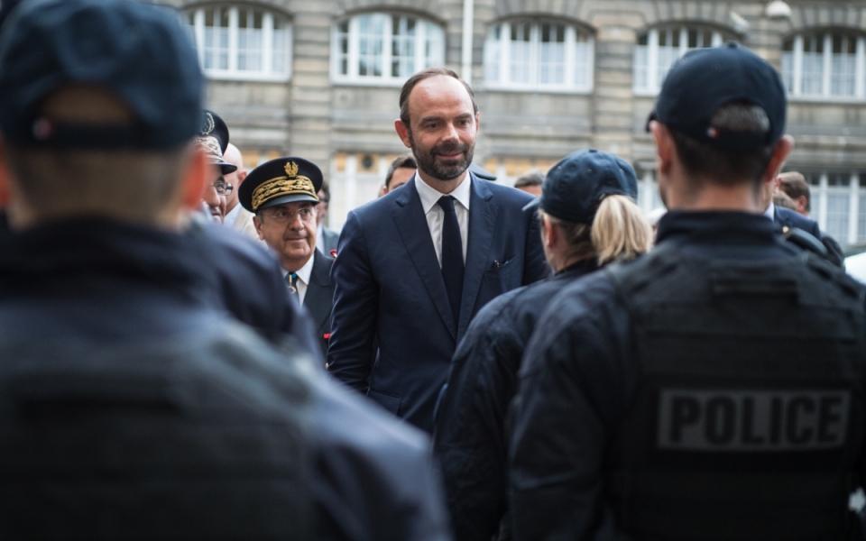 Le Premier ministre Édouard Philippe salue les policiers de la préfecture de police de Paris