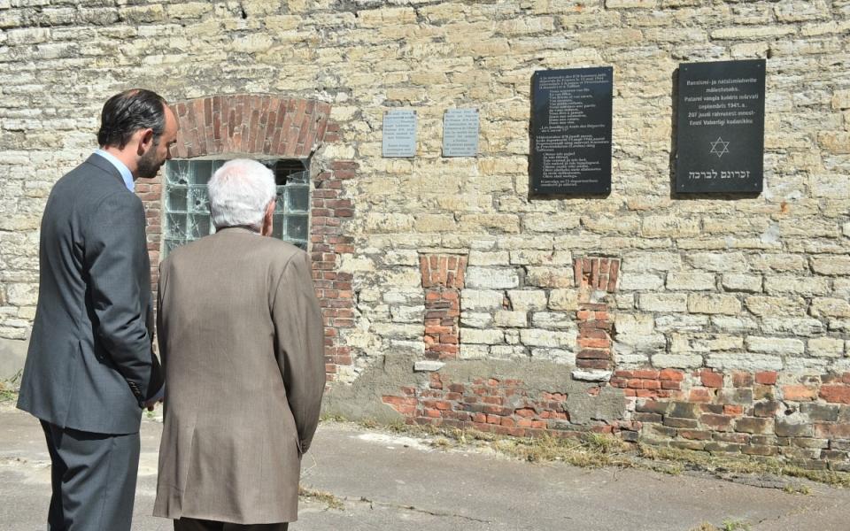 Le Premier ministre et Henri Zajdenwergier à l'ancienne prison de Patarei
