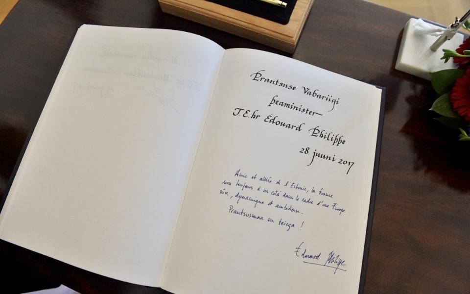 Le livre d'or signé par le Premier ministre français à la Présidence de la République d'Estonie