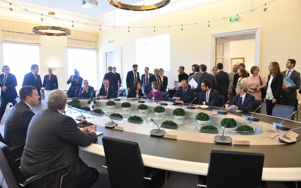 """Présentation de l'expérience estonienne de """"e-administration"""" dans la salle du Conseil des ministres"""