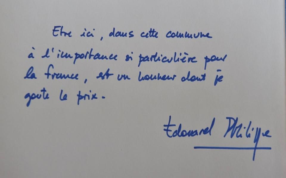 Signature du Livre d'or de la mairie de Colombey-les-Deux-Eglises