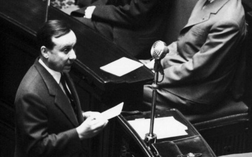 """""""Ainsi, il est des moments dans la vie des peuples où tout tourne autour d'un choix simple et qu'on ne peut éluder. Deux solutions se présentent alors, et deux seulement, et l'une de ces solutions est un drame national. En fait, il n'est donc qu'une issue. Ceux qui la refusent condamnent leur patrie."""" Michel Debré, 11 janvier 1959"""