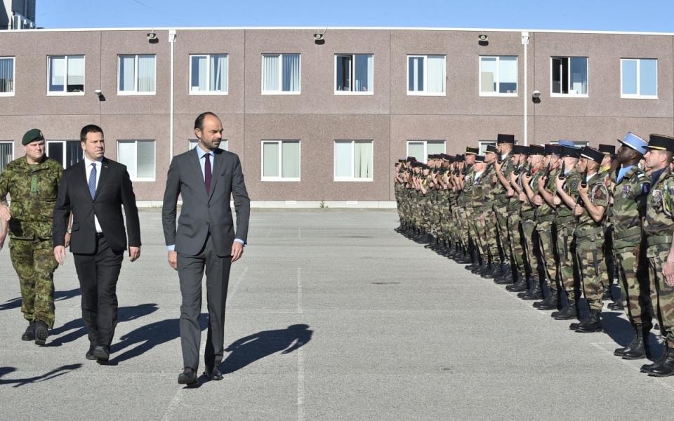 Passage en revue des troupes par les deux Premiers ministres sur la place d'armes