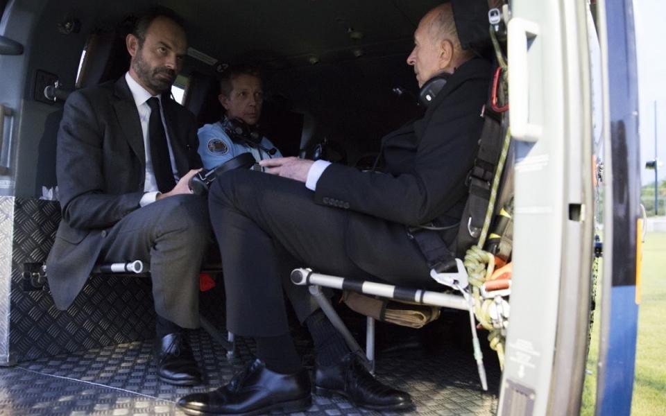 Édouard Philippe a survolé les zones touchées par les incendies, en présence du ministre de l'Intérieur