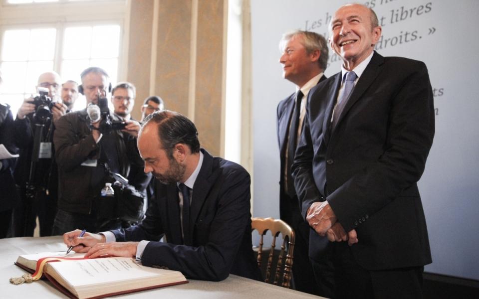 Signature du livre d'or par Edouard Philippe aux côtés de  Laurent Hénart, maire de Nancy, le 1er juillet