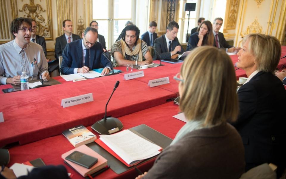 Le Premier ministre, Édouard Philippe, préside le CIH. À droite de l'image, Sophie Cluzel chargée des Personnes handicapées auprès du Premier ministre