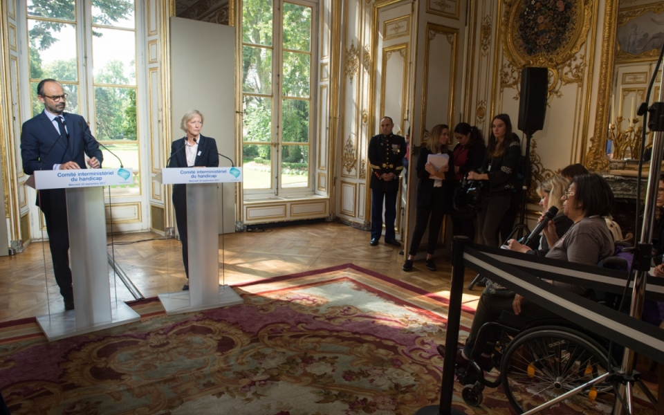 Le Premier ministre, Édouard Philippe, répond aux questions lors de la conférence de presse.