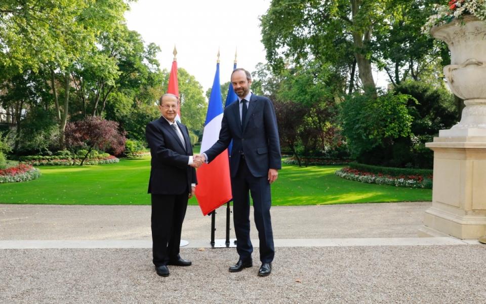 Édouard Philippe et Michel Aoun se serrent la main dans le jardin de Matignon