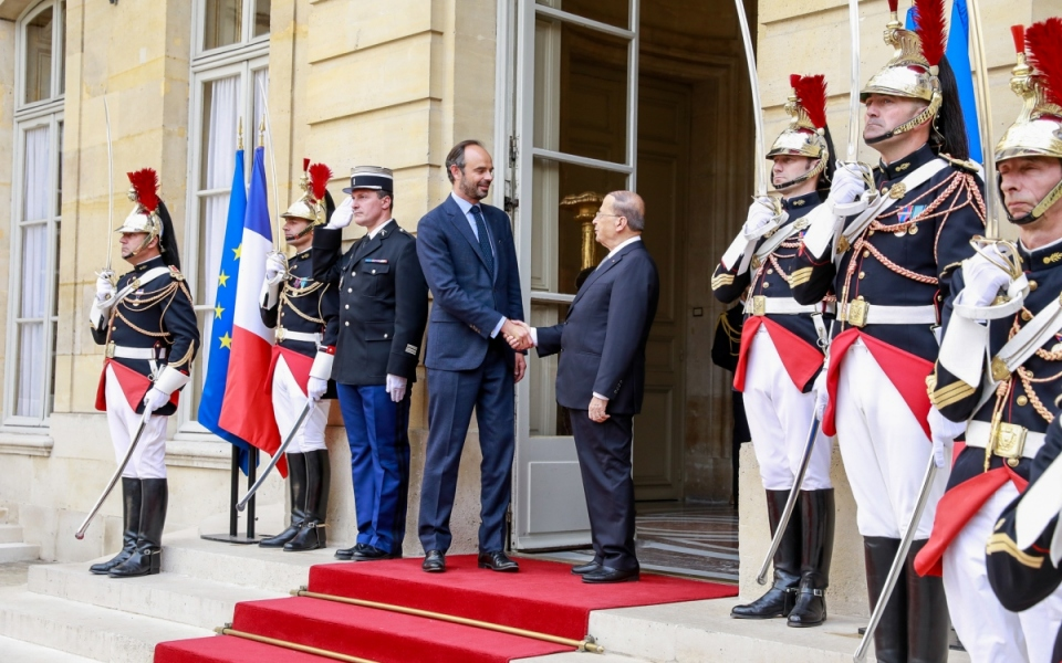 Édouard Philippe and Michel Aoun shake hands at Matignon