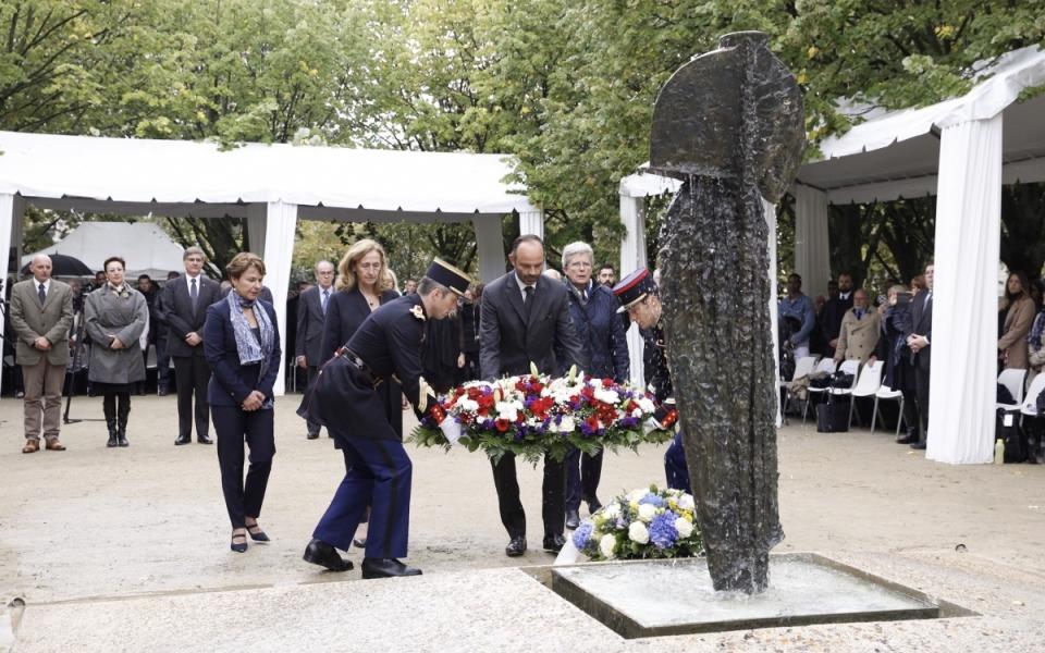 Dépôt de gerbe par Édouard Philippe devant le mémorial aux victimes de terrorisme