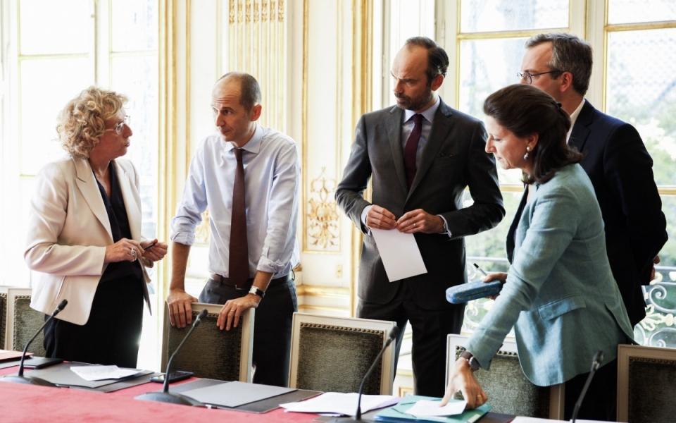 Echanges entre le Premier ministre, la ministre du Travail et la ministre des Solidarités et de la Santé