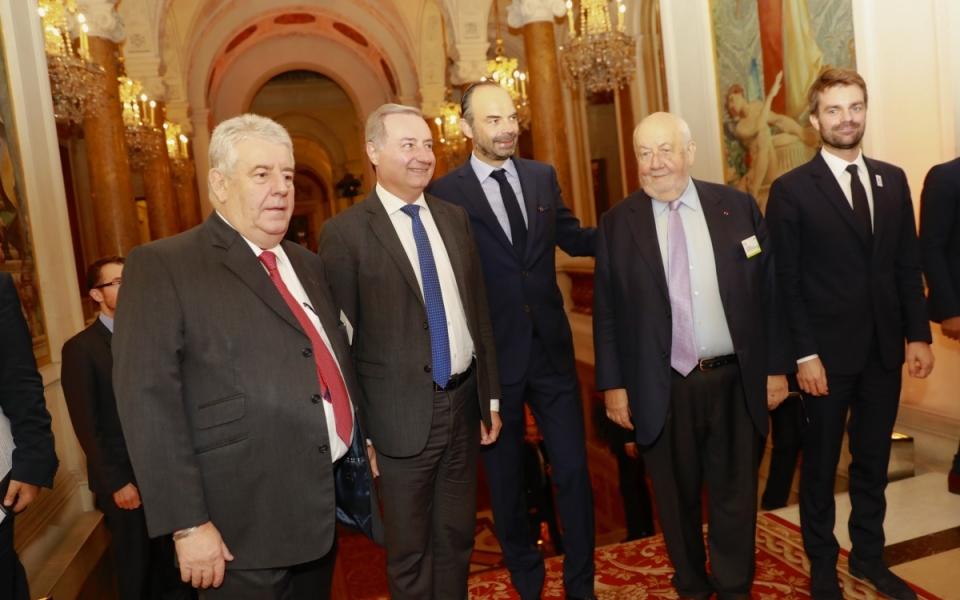 Le Premier ministre, Édouard Philippe à son arrivée à la Conférence des Villes-France Urbaine, à l'Hôtel de ville de Paris. À sa droite, le président de France Urbaine, Jean-Luc Moudenc.