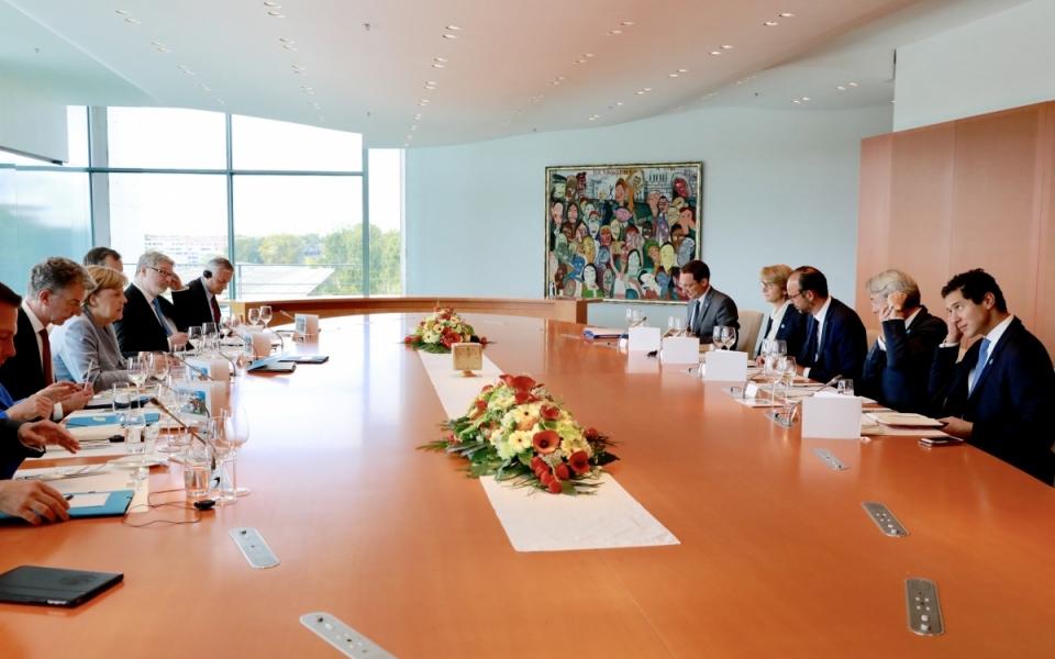 Réunion de travail entre Édouard Philippe, Angela Merkel et leurs équipes.