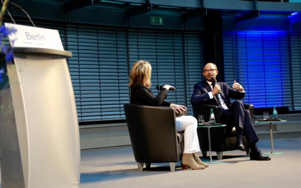 Echanges entre Édouard Philippe et les acteurs économiques allemands dans la salle de l'Allianz Forum