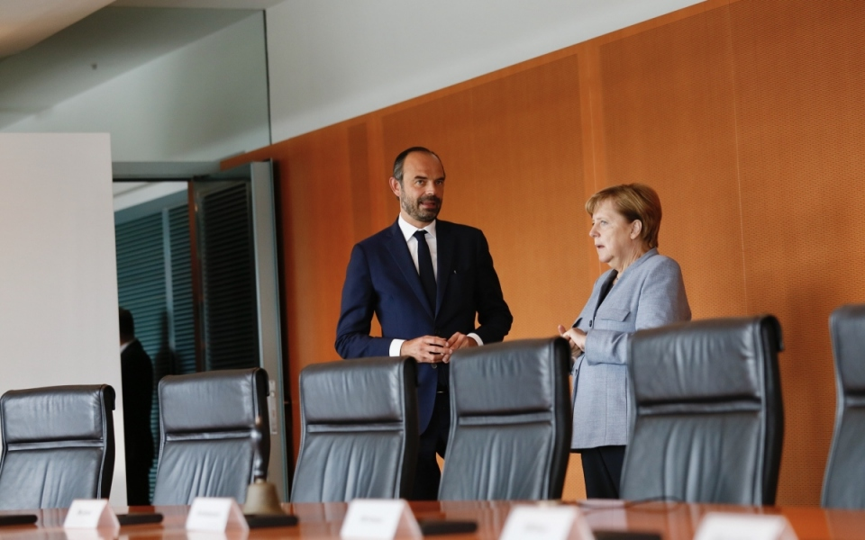 Édouard Philippe et Angela Merkel dans une salle de la Chancellerie fédérale
