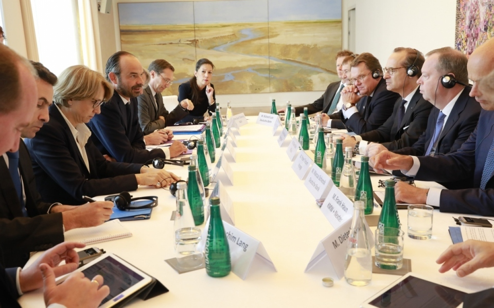 Édouard Philippe discussing with German business leaders