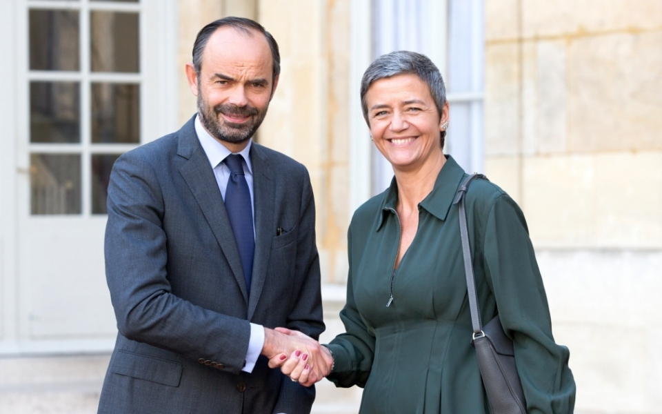 Édouard Philippe and Margrethe Vestager shaking hands