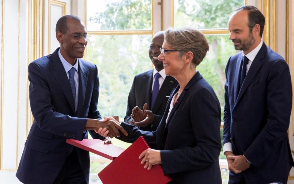 Poignée de main, après la signature d'accords, entre Élisabeth Borne, ministre de la Transition écologique et solidaire, chargée des Transports et son homologue sénégalais.