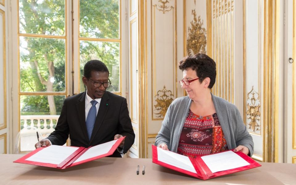Signature d'accords entre Frédérique Vidal, ministre de l'Enseignement supérieur, de la Recherche et de l'Innovation et son homologue sénégalais