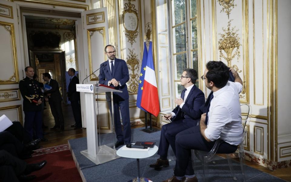 Gérald Darmanin, ministre de l'Action et des Comptes publics, et  Mounir Mahjoubi, secrétaire d'État chargé du Numérique, aux côtés du Premier ministre