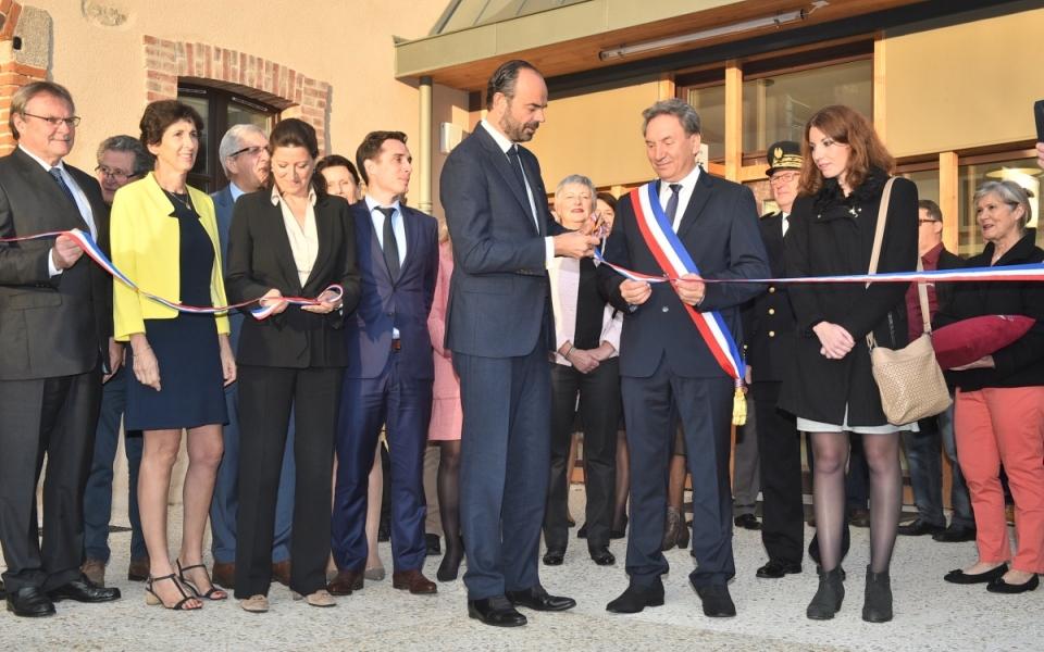Le Premier ministre, Édouard Philippe, inaugure la Maison de Santé de Châlus, aux côtés d'Alain Brezaudy, maire de la commune.