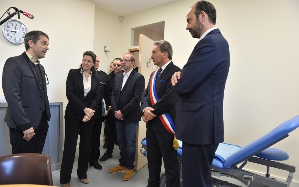 Le Premier ministre, Édouard Philippe, rencontre les personnels de la Maison de santé.