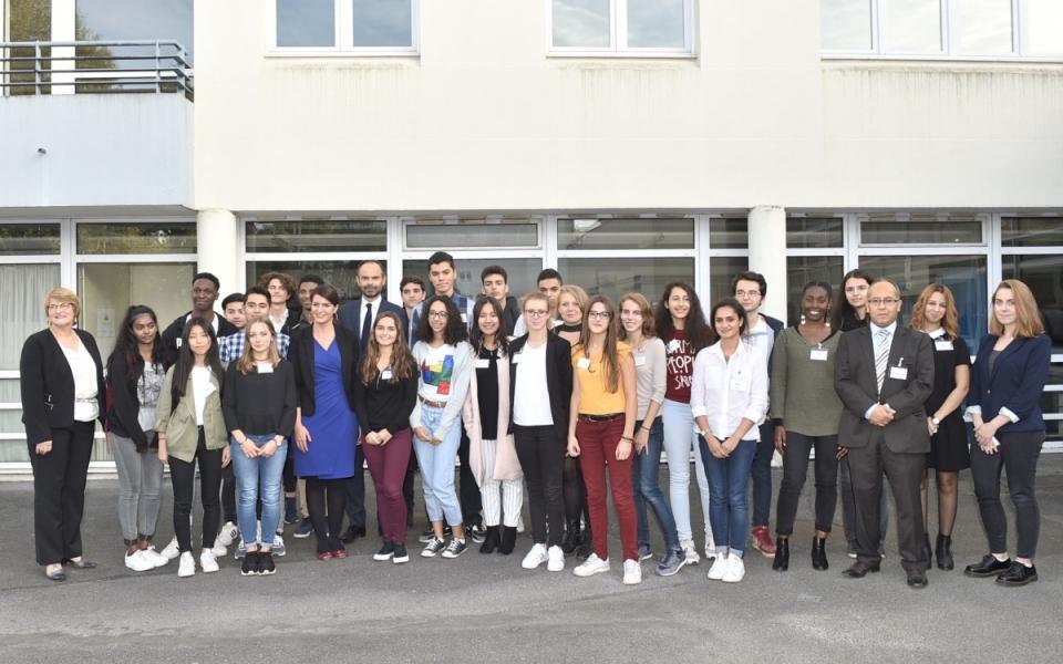 Le Premier ministre et la secrétaire d'État avec les lycéens